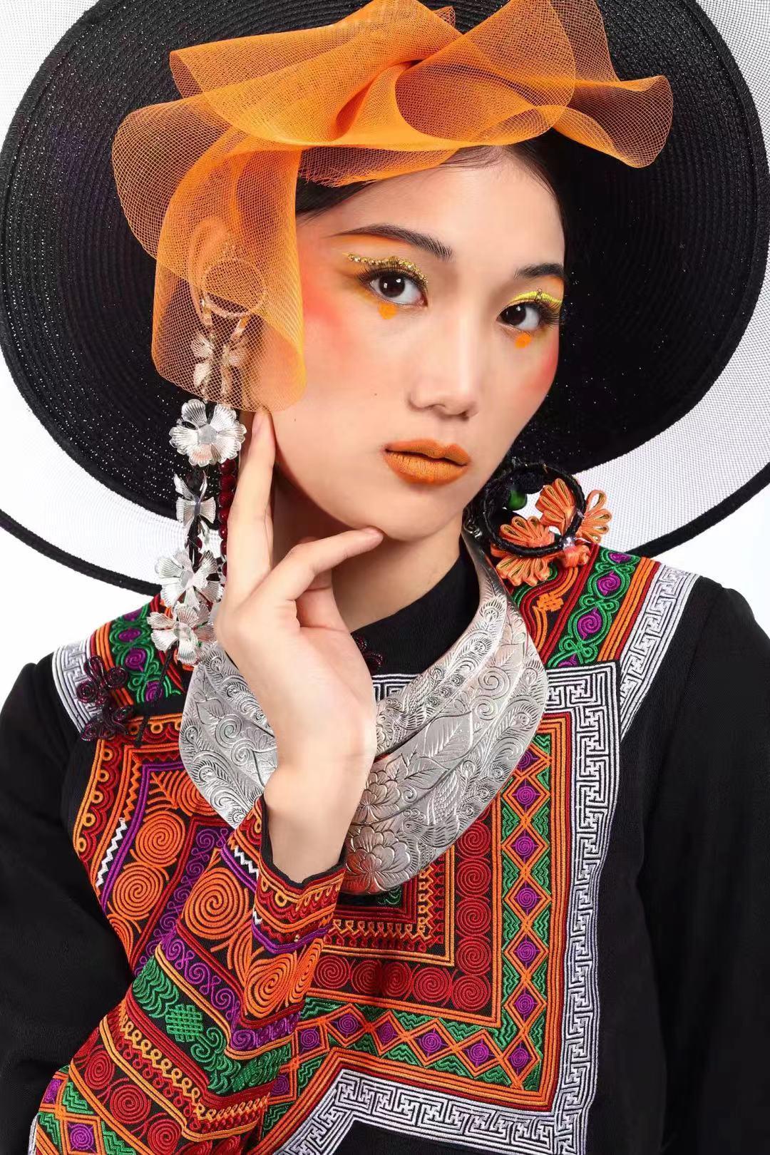 在化妆学校学习了各种发型的教法   比如森系 花苞  蝴蝶结   秀禾  敬酒  抽丝